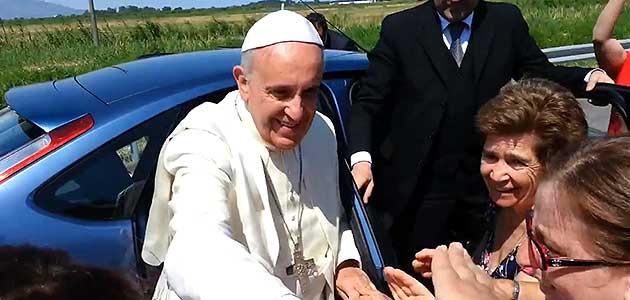 Papa saluda a familia durante su viaje