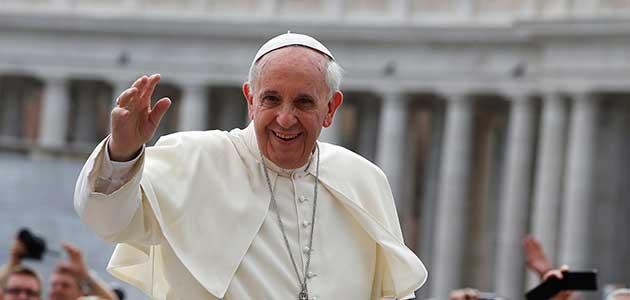 El Papa Francisco saludando en la plaza de San Pedro